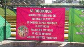 Xalapa, Ver., 30 de junio de 2016.- Docentes, empleados y padres de familia del internado de Perote, se plantaron frente a las oficinas centrales de la SEV; se negaron a dar informaci�n.