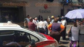 Xalapa, Ver., 30 de junio de 2016.- Pensionados bloquean la calle Xalape�os Ilustres, a la altura de BANAMEX, en espera de su pago correspondiente al mes de junio, advierten que no se quitar�n hasta que granaderos vayan a quitarlos. Autos dan vuelta en sentido contrario para salir.