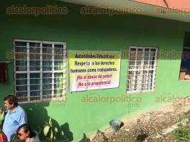 Espinal, Ver., 30 de junio de 2016.- 120 docentes se apostaron en la entrada de las instalaciones de la Supervisi�n Escolar para protestar y pedir la intervenci�n de las autoridades educativas, ya que est�n cansadas de los actos de prepotencia de Rosa Mar�a Guti�rrez Turrubiates.