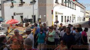 Veracruz, Ver., 30 de junio de 2016.- Pensionados bloquean la esquina entre Independencia y Benito Ju�rez, en el Centro Hist�rico de este municipio, en protesta por la falta de pago de su mensualidad.