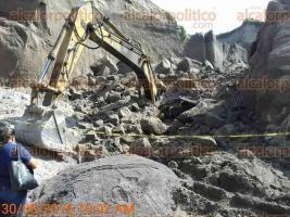 Carrillo Puerto, Ver., 30 de junio de 2016.- Debido a la gran cantidad de arena que cay� fue imposible que el maquinista Fernando Illescas, de 38 a�os de edad, vecino de C�rdoba, fuera rescatado con vida.