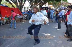 Xalapa, Ver., 30 de junio de 2016.- Mientras se desarrolla la sesi�n dentro de Palacio Legislativo, integrantes de los 400 Pueblos contin�an bailando al son que les toquen, esperando indicaciones de su l�der Cesar del �ngel.