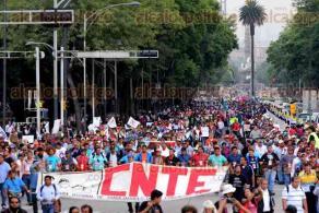 Ciudad de M�xico, 30 de junio de 2016.- Cientos de profesores de la CNTE marcharon para exigir derogaci�n de la reforma educativa y una investigaci�n sobre los hechos de Nochixtl�n, Oaxaca.