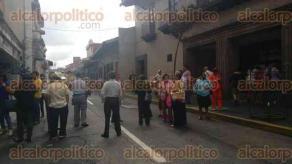 Xalapa, Ver., 1 de julio de 2016.- Una vez m�s, pensionados bloquean las calles Xalape�os Ilustres y Zamora, frente al banco Banamex.