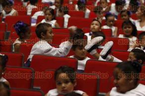 Veracruz, Ver., 1 de julio de 2016.- Ni�os se mostraban inquietos, juguetones y algunos con sue�o, durante entrega de constancias a alumnos graduados de los diversos centros de asistencia infantil perteneciente al DIF.