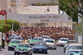 Xalapa, Ver., 1 de julio de 2016.- Hombres de los 400 Pueblos se desnudan y bailan frente a la Fiscal�a General del Estado; mujeres, algunas con el pecho descubierto, se ataron de las mu�ecas de la mano a los �rboles del camell�n central.