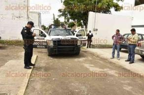 Veracruz, Ver., 22 de julio de 2016.- Autoridades arribaron a la calle Mar�a Malard, en la colonia Enrique C. R�bsamen, luego de que escoltas al servicio del sindicato ASTRAC-CTM se enfrentaran a balazos con criminales en el lugar; de acuerdo a lo informado, uno de los ladrones result� herido.