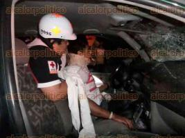 Veracruz, Ver., 23 de julio de 2016.- El joven de 21 a�os de edad qued� prensado de las piernas despu�s de chocar de frente contra un autob�s. Fue asistido por Cruz Roja, Bomberos y PC antes de ser trasladado al Hospital regional, donde su estado es delicado.