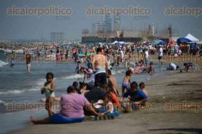 Veracruz, Ver., 24 de julio de 2016.- Este domingo, aprovechando las vacaciones de verano y el buen clima, cientos de familias locales y turistas disfrutaron de las playas de la zona conurbada Veracruz-Boca del R�o.