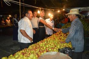 �lamo, Ver., 24 de julio de 2016.- Locales y visitantes de municipios aleda�os acuden a la Feria de la manzana para disfrutar del evento as� como para adquirir dicha fruta a un menor precio.