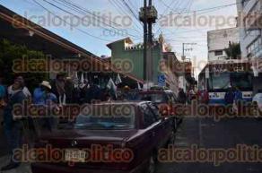 Xalapa, Ver., 25 de julio de 2916.- Integrantes de CODECI llegaron desde las 6:00 horas a las instalaciones de la delegaci�n de la CDI; un cami�n bloquea el paso de veh�culos sobre la calle Landero y Coss.