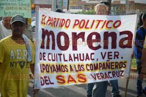 Veracruz, Ver., 25 de julio de 2016.- Encabezados por Ang�lica Navarrete Mendoza, los extrabajadores del SAS caminaron con pancartas y lonas con mensajes en contra del alcalde Ram�n Poo y los empresarios del Grupo MAS.