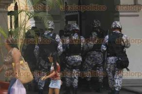 Veracruz, Ver., 25 de julio de 2016.- Elementos de la Polic�a Naval resguardaron el Palacio Municipal ante una posible invasi�n de los trabajadores del desaparecido SAS y sus familiares.