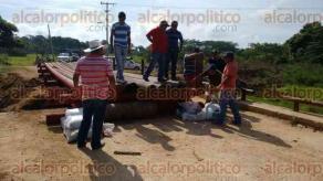 Coatzacoalcos, Ver., 25 de julio de 2016.- Habitantes de Hidalgotitl�n contrataron maquinaria y acarrearon arena para improvisar un puente que permita la entrada y salida de 50 comunidades, tras la ca�da del puente El Apompo hace unas semanas.