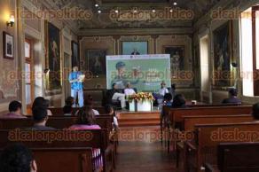 Xalapa, Ver., 25 de julio de 2016.- Como parte del programa de la Feria del Libro, se present� el libro �Las gemas del poder�, de Emmanuel Medrano; en la imagen Javier Ahumada, Juan Carlos Soto y el autor.