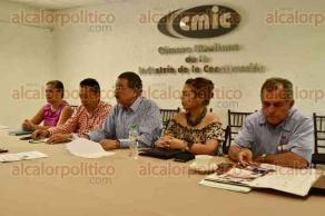 Xalapa, Ver., 25 de julio de 2016.- Pedro Medina Amador, presidente de la C�mara Mexicana de la Industria de la Construcci�n,en Xalapa junto a diferentes representantes de dicha c�mara, en entrevista.