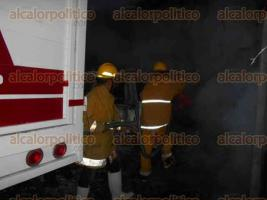 Papantla, Ver., 26 de julio de 2016.- Luego de algunos minutos el fuego fue controlado por el personal de Protecci�n Civil y Bomberos, evitando que se propagara a otros locales cercanos, se reportan cuantiosas p�rdidas materiales.