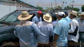 Cuichapa, Ver., 26 de julio de 2016.- Despu�s de dialogar con el presidente de la Uni�n Local de Productores de Ca�a, Fernando Maza, el delegado de la CNC, F�lix Cerda, sali� para escuchar a los productores.