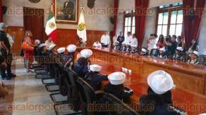 Xalapa, Ver., 26 de julio de 2016.- El secretario de Gobierno, Flavino R�os Alvarado, recibi� a los ni�os que participaron en el concurso El Ni�o y la Mar.