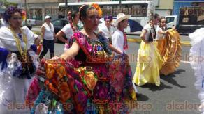 Orizaba, Ver., 26 de julio de 2016.- Artistas mexicanos y colombianos que participar�n en el 3er Festival del Folclore, salieron desfilando por las calles principales de la ciudad. A partir del jueves y hasta el domingo se efectuar�n las galas en el Teatro �Ignacio de la Llave�.