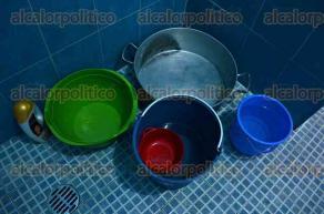 Veracruz, Ver. , 26 de julio de 2016.- Adem�s del desabasto de agua, usuarios en zonas habitacionales han reportado v�a redes sociales, la presencia de agua potable con un color oscuro y mal olor.