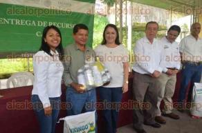 Papantla, Ver., 26 de julio de 2016.- Congregados en el sal�n de la asociaci�n ganadera local, los campesinos recibieron fertilizantes y paquetes de insumos de forma gratuita.