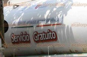 Veracruz, Ver., 27 de julio de 2016.- Una pipa con agua potable del Grupo MAS ingres� al Hospital Regional de Veracruz para dotar del vital l�quido al nosocomio. Al parecer este inmueble tambi�n carece del suministro de agua para atender a cientos de pacientes.