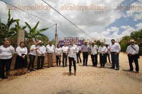 Acayucan, Ver., 27 de julio de 2016.- La delegada federal de la Secretar�a de Desarrollo Social en Veracruz, Anil� Ingram Vallines, entreg� 67 pre registros del programa Seguros de Vida para Jefas de Familia durante su gira de trabajo en localidades de Acayucan.