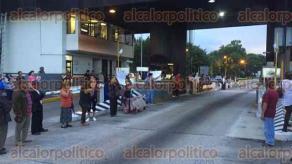 Fort�n, Ver., 27 de julio de 2016.- A m�s de 36 horas de protesta en el Palacio de Fort�n y de no tener repuesta por parte de autoridades locales, habitantes de las comunidades Monte Blanco y Monte Salas liberan el paso en la caseta de peaje.