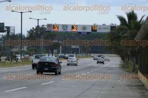 Veracruz, Ver., 28 de julio de 2016.- Los conductores rebasan el l�mite de velocidad permitido por la Direcci�n de Tr�nsito al saber que ya no pueden ser infraccionados por las fotomultas. Sin embargo, el arco de la avenida Rafael Cuervo sigue funcionando y registrando los excesos de velocidad.