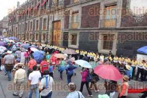 Ciudad de M�xico, 28 de julio de 2016.- Cientos de profesores de la CNTE tomaron el Z�calo para protestar frente a Palacio Nacional y luego marchar a la SEP, en una �operaci�n hormiga� que tom� por sorpresa a la Polic�a.