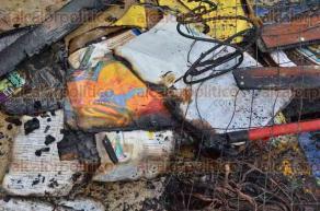 Xalapa, Ver., 29 de julio de 2016.- Cuantiosas p�rdidas materiales dej� el incendio en la vivienda con el n�mero 7, de la calle 2 Poniente, en la colonia Rafael Hern�ndez Ochoa. Dos cuartos de madera con techo de l�mina fueron totalmente consumidos.