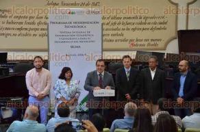 Xalapa, Ver., 29 de julio de 2016.- El alcalde Am�rico Z��iga entreg� equipo de c�mputo a jefes de diversas �reas del Ayuntamiento como parte del programa de modernizaci�n tecnol�gica.