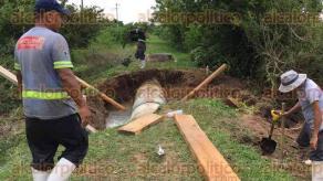 Medell�n de Bravo, Ver., 29 de julio de 2016.- Una cuadrilla de trabajadores del Grupo MAS repara el tubo de 42 pulgadas que rompieron personas desconocidas, lo que dejar� sin agua a cientos de veracruzanos por aproximadamente dos d�as.