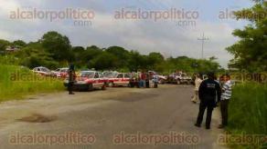 Cuichapa, Ver., 29 de julio de 2016.- 30 taxistas acusaron a elementos de Transporte P�blico de extorsi�n y retuvieron una patrulla en el tramo carretero Cuichapa-Las Choapas, exigiendo la presencia del coordinador de esta dependencia de la zona sur.