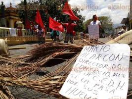 Coatepec, Ver., 29 de julio de 2016.- Agremiados a la organizaci�n Frente Popular Revolucionario, bloquearon la calle Miguel Lerdo en protesta contra el titular de Comercio, Mario Alarc�n, quien aseguran, agredi� verbalmente a una vendedora agremiada.
