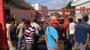 Veracruz, Ver., 29 de julio de 2016.- Cerca de 50 extrabajadores de SAS se arremolinaron en la entrada de la sede de la Direcci�n de Obras P�blicas, ubicada en la calle Grijalva, cerca de las antiguas oficinas del Sistema de Agua.