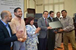 Xalapa, Ver., 29 de julio de 2016.- El alcalde Am�rico Z��iga entreg� equipo de c�mputo del Sistema Integral de Informaci�n Estad�stica y Geogr�fica para el desarrollo del Municipio de Xalapa (SIGMA).