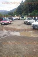 Tezonapa, Ver., 30 de julio de 2016.- Habitantes de El Palmar que mantienen tomadas las oficinas del INIFAP, bloquearon la carretera estatal Tezonapa-Laguna Chica, exigen respuesta a su petici�n de regularizaci�n de 28 lotes.