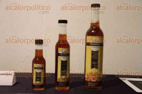 Xalapa, Ver., 30 de julio de 2016.- Presentan miel melipona org�nica Tiyatk� en el Jard�n de las Esculturas.
