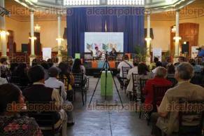 Xalapa, Ver., 30 de julio de 2016.- Imparten la conferencia �Usos de g�neros literarios en el fomento de la lectura�, en el Patio Central de la Escuela Industrial �Concepci�n Quir�s P�rez�, como parte del XVI Encuentro Estatal de Promotores de Lectura.