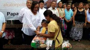 Papantla, Ver., 23 de agosto de 2016.- Se entregaron en el Palacio Municipal los cheques del primer pago de la beca del ramo 033 y despensas, en beneficio a 2 mil alumnos de excelencia del municipio.