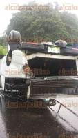 Puente Nacional, Ver., 23 de agosto de 2016.- El conductor de una camioneta marca Mazda perdi� el control de su unidad a causa del pavimento mojado y golpe� contra el muro de contenci�n de la carretera Xalapa-Veracruz, a la altura del retorno de Paso de Varas. El veh�culo termin� volcado a medio camino.