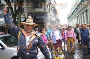Xalapa, Ver., 24 de agosto de 2016.- Integrantes de la agrupaci�n campesina RACIMOS amenazaron con machetes a automovilistas que transitaban por el centro de la ciudad. Advierten que no abrir�n el paso hasta que sean atendidos por las autoridades de patrimonio del Estado y el gobernador Javier Duarte de Ochoa.