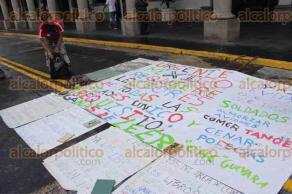 Xalapa, Ver., 24 de agosto de 2016.- Un vendedor ambulante se manifest� frente al Palacio Municipal para pedir a inspectores de comercio que le devuelvan los libros que le decomisaron hace algunos d�as por vender en la v�a p�blica