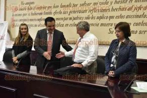 Xalapa, Ver., 24 de agosto de 2016.- El alcalde Am�rico Z��iga Mart�nez, entreg� un reconocimiento de visitante al Dr. Frank R. Ascione, en la sala de Cabildo del ayuntamiento de Xalapa.