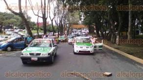 Xalapa, Ver., 24 de agosto de 2016.- Pobladores de Soledad Atzompa, que llegaron en 8 camiones, bloquean las avenidas Ruiz Cortines, Xalapa y L�zaro C�rdenas a la altura de SEFIPLAN, exigen rehabilitaci�n del camino Atzompa-Tepaxapa.