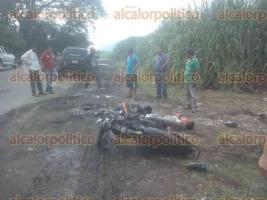 Acatl�n, Oax., 24 de agosto de 2016.- Dos hombres que viajaban en una motocicleta fueron impactados por una camioneta en la carretera que comunica a Cosolapa, Oaxaca, con Tezonapa, Veracruz. Uno de los heridos muri� antes de llegar al IMSS de Cosolapa, el otro fue trasladado a C�rdoba y se reporta grave.