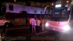 Banderilla, Ver., 25 de agosto de 2016.- El autob�s que cubr�a la ruta Veracruz-M�xico fue detenido por 3 sujetos que pretend�an asaltar a los viajeros. Los conductores detuvieron a uno de los asaltantes con ayuda de traileros y pasajeros.