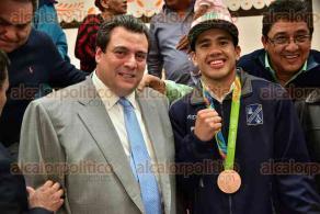 Ciudad de M�xico, 25 de agosto de 2016.- El medallista de bronce en boxeo en los Juegos ol�mpicos de R�o en Brasil, Misael Rodr�guez, fue festejando por el presidente del CMB, Mauricio Sulaiman, entre otros excampeones mundiales.